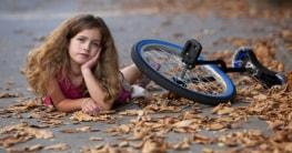 Mädchen hat Einrad gekauft