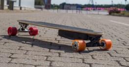 Elektro Skateboard Kaufen mit orangenen Reifen